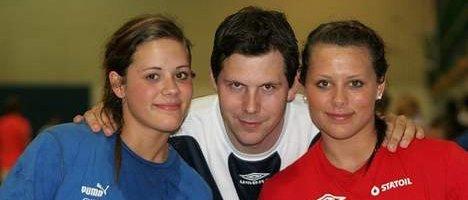 <B>På plass:</B> Njård-trener Henrik Wilhelmsen sammen med Thea (venstre) og Nora Mørk.