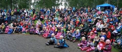Litt regn hindret ikke folk fra å komme til Jordbæreventyret også i år. Da Lierposten forlot området i ettermiddag, kunne billettørene fortelle om nærmere 2000 betalende, i tillegg til dem under to år, som kom inn gratis.