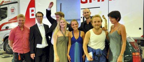 Samarbeid: Ensemblet sammen med Markedssjef i Møller Bil, Sveinar Kristiansen (t.v.), produsent Eivind Kandal og Jacob Burhøi på piano (bak) og sjef for Ringsakeroperaen Kari Bekken (t.h.).