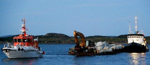 Slepebåten «Geitung» og lekteren fikk hjelp av en losbåt for å komme seg inn til land.