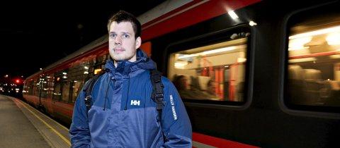 Simen Schulstad ble sjokkert da han iforrige uke ble vitne til at en mann segnet om inne på toget, og det ikke fantes hjertestarter ombord.