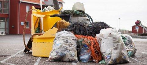 Dette flyter rundt. Her er noe av elendigheten som er funnet på Akerøya utstilt på Skjærhalden. Midt inne i haugen ligger også restene av en plastjolle.