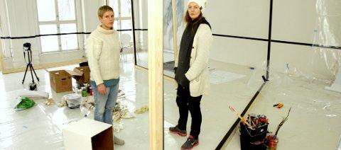 Nytt rom: Heidi Marie Wien (til venstre) og Kine Lillestrøm jobber med sine særpregede malerier og installasjoner frem mot åpning lørdag.Foto: Thomas Hörman Arntsen