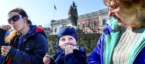 Årets første is: Marianne Sjølie Morken (t.v.), Isak Sjølie Morken (2) og mormor Wenche Sjølie nyter årets første is på torget.