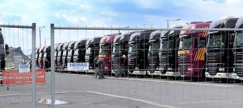 RULLER INN: 20 vogntog med scene og utstyr til Stones-konserten står parkert ved Telenor Arena.