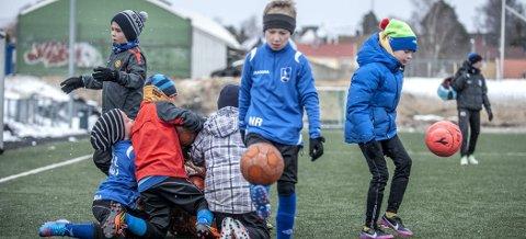 KAMP OM BALLEN:  Når 23 gutter skal spille fotball, kan det bli en real kamp om ballene. Daniel, Jonas, Isak, og Simon slåss om ballene mens  Niclas og Emil  har fått tak i en ball. Trener Alexander Carlsen Strande i bakgrunnen.ALLE FOTO: CHRISTIAN CLAUSEN