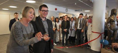 Leder av brukerutvalget i Sykehuset Østfold, Mona Larsen, og Fylkesvaraordfører Per Inge Bjerknes fikk æren av å offisielt åpne det nye sykehuset i Moss.