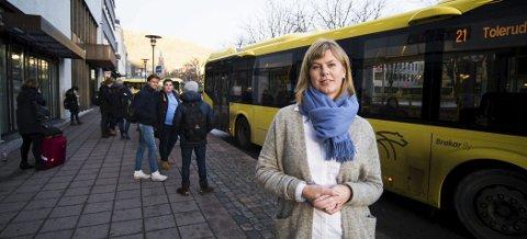 I januar åpner Brakar nettbutikk slik at folk kan fylle på reisekort sitt hjemme i stua, forteller salgs- og markedssjef Kjersti D. Nordgård. Og i februar kommer  appen,  som gjør det mulig betale bussbilletten med mobiltelefonen.