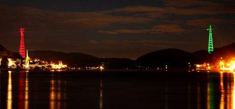 Kraftmastene på hver side av Svelvikstrømmen ble tent første gang torsdag. Mange hadde møtt frem for å få med seg begivenheten. Bildet ble tatt fra Batteriøya, der det var mange fremmøtte. - Det var et spektakulært skue, og alle ble henrykte over lysene, sier fotograf Heidi Havre.