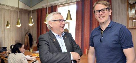 BREDE SMIL: Ordfører Erik Hanstad (til venstre) og prosjektleder Lars Kristian Dalen var kjempeglade for endelig å kunne presentere planene for nybygg på Terningen Arena.  (Foto: Randi Undseth)
