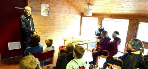 ORIENTERING: Finn Lund instruerer noen av deltakerne i orienteringssporten.