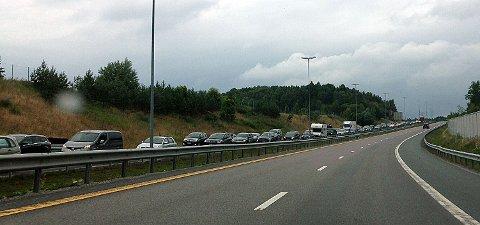 Trafikken står bom stille sydover på E6 fra nord for  avkjøringen til Moss.