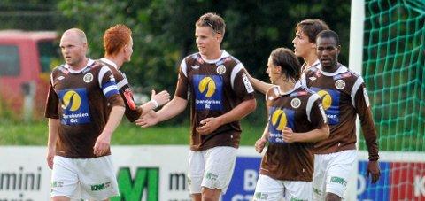 Her gratuleres Fredrik Gulsvik etter å ha scoret i MIF-debuten. Nå er 22-åringen ferdig i klubben.