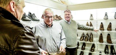 Espen Engebretsen er snart 75 år og jobber i skobutikken Engebret sko, sammen med sønnen Paal (t.h.) Rask håndtering av situasjonen gjorde at han lever som før. – Jeg kunne ikke tenke meg å bare være hjemme, til det er jeg alt for rastløs, sier han og ler.