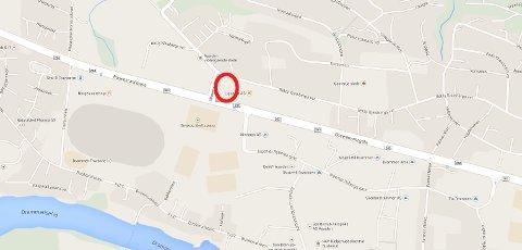 Det var på denne parkeringsplassen utenfor Kiwi XL at den overopphetede hunden ble funnet.