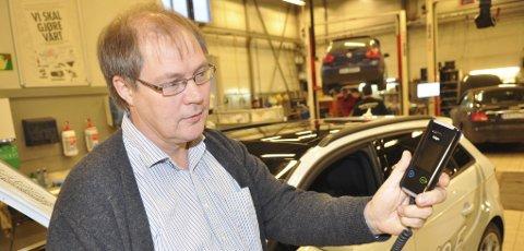 Faglig leder Eirik Olaussen i Sande Trafikkskole mener det bør komme alkolås i alle biler. Han starter med to av skolens biler, og håper det vil øke bevisstheten blant elevene som snart skal ferdes på veiene med ferske førerkort.