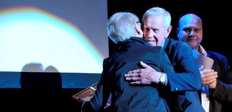 Asbjørn Guldbrandsen ble hedret som Årets ildsjel 2011 og fikk en god klem av konferansier Tove Paule.