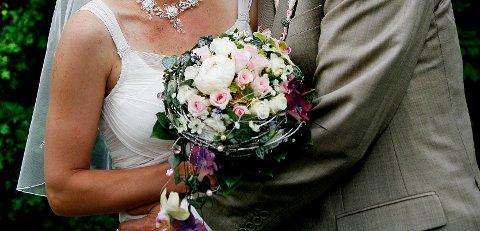 Antallet som giftet seg i Fredrikstad tingrett, har aldri vært så høyt som i fjor. Dette til tross for at tingretten for et år siden måtte kutte ut de populære lørdagsvielsene.
