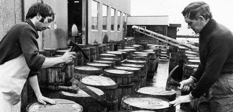 Nesten som i gamle dager: I slutten av september 1982 la Sverre Knutsen og Olav Baardsen lokk på tønner med sild hos H.J. Kyvik på Bakarøynå. Dette var sild som paradoksalt nok skulle til Island. De to brukte et verktøy som er nevnt i bysangen, diksel.