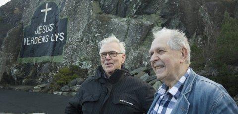 GAMLE VENNAR:  Familien til Bernt Arne Eidesvik (til venstre) har hatt ansvaret for vedlikehaldet av eggen.  Til høgre Gunvald Bjotveit, pensjonert prest. Foto: Truls Horvei