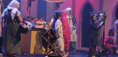 Fantastiske kulisser og kostymer gir en god stemning på markedet i Agraba.