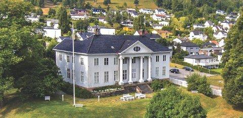 Hovedbygningen på Austad sto gjenreist i 1809. Byens «far» Peder von Cappelen bygde lystgården med hageanlegget.