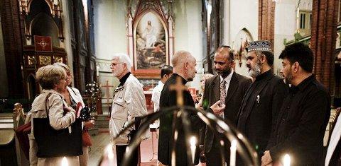 Etter gudstjenesten delte sogneprest i Fjell menighet, Ivar Flaten, sine tanker om terrorangrepene med Sajid Mukhtar og Imam Ahmad Noor.