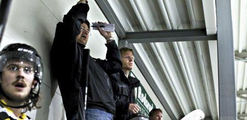 Coachene: Ordfører Tage Pettersen (t.h.) og Moss Hockey-trener Lars Oddvar Fjeldvang ledet laget godt mot Skien. Foto: Nicklas Knudsen