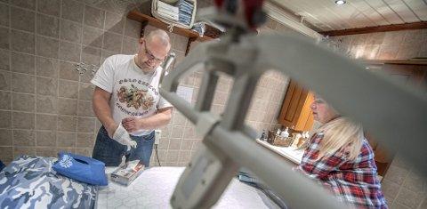 PRAKTISK:  Toril og Tommy Thon har løfteutstyr og stellebenk på badet tilpasset sønnens behov. FOTO: CHRISTIAN CLAUSEN