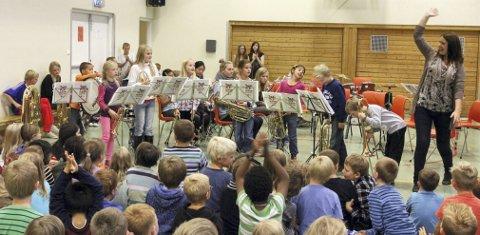 Juniorene: Juniorkorpset til Langhus skolekorps fikk velfortjent applaus. Da måtte de trene på å bukke også! FOTO: STIG PERSSON