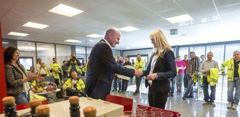 EN ANERKJENNELSE: Einar Braathen takker Mariann Tveter, lederen av Follo næringsråd, for anerkjennelsen av arbeidet til Braathen Landskapsentreprenør AS. FOTO: BJØRN V. SANDNESS