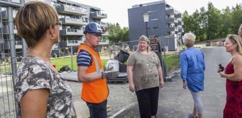 Populært: Prosjektleder Espen Rudshaug forteller politikerne om utbyggingen på Finstad.   Foto: Kari Kløvstad