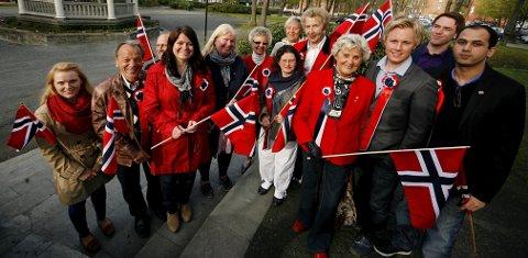 17. mai-komiteen i Moss 2012: Johanna Podhorny med hvit bukse midt i bildet.  Foto: Espen Vinje