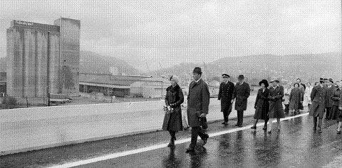 ÅPNET: – Siden kronprinsessen og jeg pleier å feriere på Tjøme er vi også personlig glade for at vi nå har fått denne parsellen av E18, sa daværende kronprins Harald og gikk sammen med kronprinsesse Sonja først i følget over den nye motorveibroen 4. oktober 1975. FOTO: REIDAR HALDEN