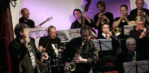 – Et imponerende storband var det som inspiratoren Lasse Lindgren virkelig har fått swing over, skriver vår anmelder om Vestby Storbands konsert med Lasse Lindgren på Tivoli Amfi torsdag kveld.