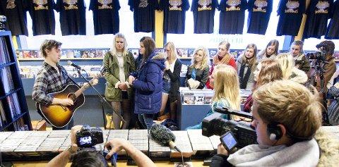 I PLATESJAPPA: Sondre Lerche holdt en kort konsert hos Shabby Records i går formiddag. Elise Vegrim (t.v.) og Irmelin Stokka tok turen rett fra skolen.