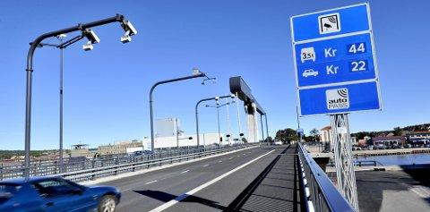 Slipper bilistene?: Statsråd Ketil Solvik-Olsen (Frp) blir oppfordret av partikollega Laabak til å dekke gjelden for Værstebrua, og veiene rundt, på over 600 millioner kr. Arkivfoto: Trond Thorvaldsen