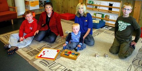 GJESTER: Morten og Mattias Mesøy Berg og mor Kristin Mesøy kom fra Lunderseter for å se på Montessori-skolen på Østsiden. Her er de sammen med Montessori-pedagog Gina Thoresen Faraas, med sønnen Benjamin. <I>Foto: Sverre Viggen</I>