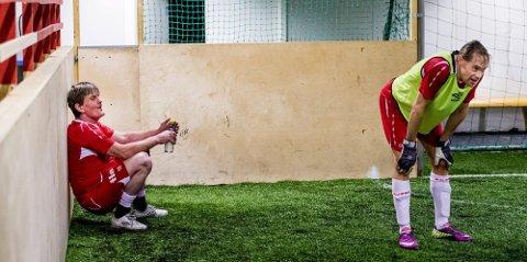 Gir alt: Knut (til venstre) er 49 år, men gammel fotballspiller. Julius er 46. Begge gir alt på treningene til Fredrikstad Gatefotball.