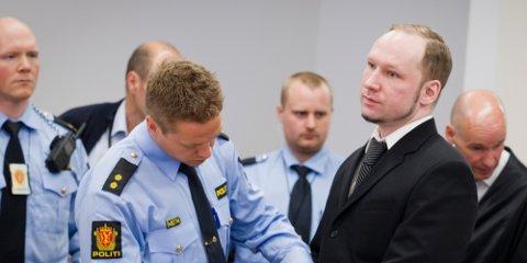 Anders Behring Breivik føres her inn i sal 250 etter første pause under fjerde dag av rettssaken i Oslo i våres.