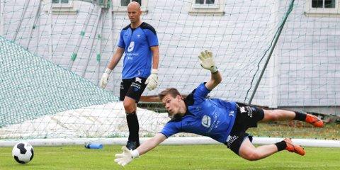 450 minutter: Per Kristian Worre Bråtveit fikk fem kamper som vikar for Per Morten Kristiansen (bak) i eliteserien 2014.                                      foto:  Jan Kåre Ness