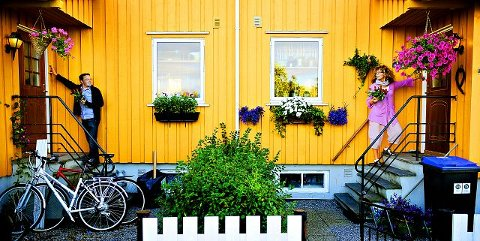 Suksess Arbeiderpartiets dørbankere, her representert ved Atle Ottesen og Kari Agerup, har besøkt 3.800 husstander de siste ukene. –En kjempesuksess, mener Ottesen. Arkivfoto: Jon Olav Nesvold