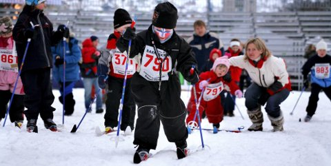 Tirsdag ettermiddag går hundrevis av barn rundt i skisprintløypa på Bragernes torg, dagen før Northug og Bjørgen& Co. skal kjempe om medaljer.