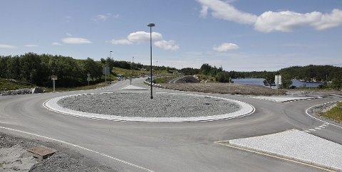 NY BOMSTASJON: Armen rett fram på dette bildet fra Mjåsund fører til tunnelen under Førresfjorden og T-forbindelsen, hvor det blir innført bompenger neste år.