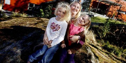 Gleder seg: Virksomhetsleder Anne Sørlie med barna Henriette Stokke Olsen (t.v.) og Selma Raland Riise synes barnehagen ble veldig fin. Foto: Terje Holm