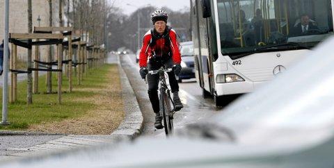 Å være syklist i Moss er en tøff kamp med bilkøer, usammenhengende sykkelstier og manglende markering.