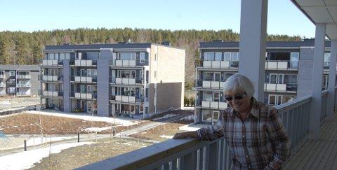 GODT UTEOMRÅDE: Aud Sørensen har bodd på Kornmoenga i vel ett år, og hun synes de opparbeidede uteområdene og nærheten til marka er noe som får henne til å trives. BEGGE FOTO: METTE KVITLE