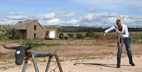 NESTEN: Hilde fikk ikke helt dreis på lassokastingen under Ranch-besøket i Cuervo, Santa Rosa i New Mexico.
