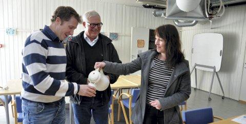Klar til start: Camilla skjenker opp til Harald og Olav i aktivitetslokaler de har tilgang på
