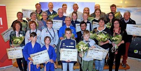 Representanter fra samtlige 17 som i år var mottakere av Lierstøtten.